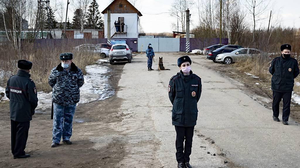 Polizisten bewachen einen Eingang des Straflagers IK-2. Der im Straflager inhaftierte Kremlgegner Nawalny hat eine weitere Verschlechterung seines Gesundheitszustands beklagt. Foto: Pavel Golovkin/AP/dpa
