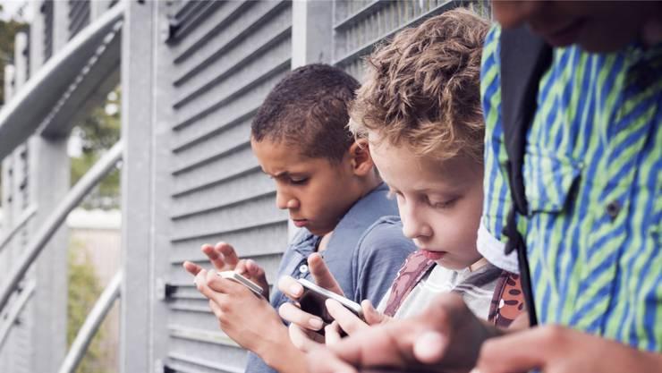 Mobbing oder Pornoclips: Die Smartphone-Nutzung führt bereits bei Primarschülern zu Problemen. Symbolbild Fotolia
