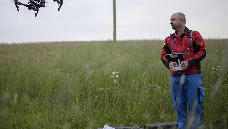 Pilot Ueli Sager fliegt eine Drohne im Rahmen eines Pilotprojektes zur Rettung von Rehkitzen. Auf jeder zweiten Wiese konnte ein Jungtier aufgespürt werden. (Archivbild)