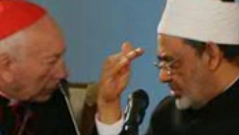Der Delegationsleiter des Vatikans, Francesco Coccopalmerio (links), im Gespräch mit dem Grossimam von Al-Azhar, Ahmed Mohammed al-Tayyeb, in Astana.