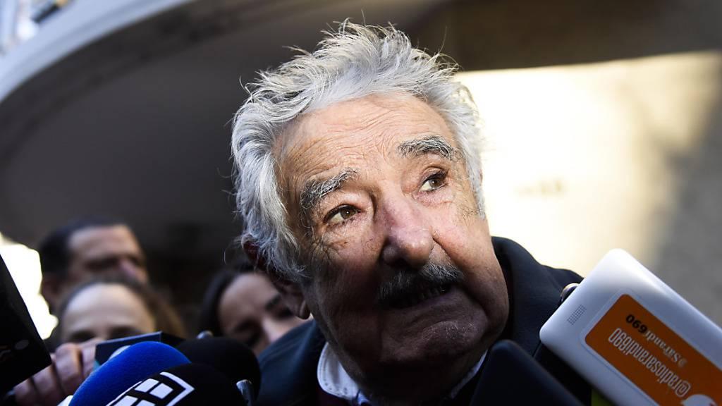 ARCHIV - Jose Mujica, ehemaliger Präsident von Uruguay, spricht mit Journalisten. Foto: Matilde Campodonico/AP/dpa