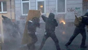 Am 7. Juli 2017 zogen anlässlich des G20-Gipfels in Hamburg über 200 schwarz Vermummte marodierend durch die Stadt und hinterliessen einen Millionenschaden. Seit Dienstag stehen erstmals fünf Angeklagte wegen Landfriedensbruch vor Gericht.