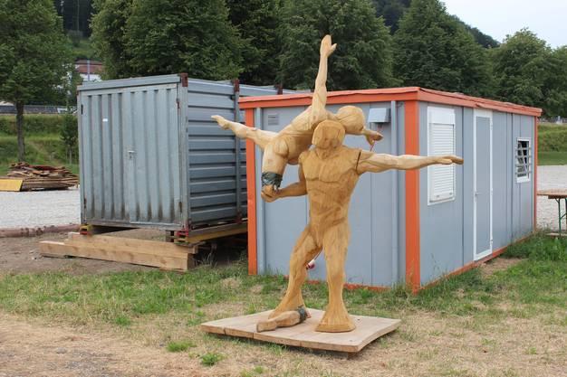Noch im Schachen: Die Turner-Holzskulptur des Holzbildhauers Lukas Senn. Sie hat gelitten: Der Turnerin fehlt ein Bein.