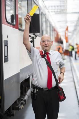 Stefan Spörri zeigt den Ablauf bei der Türschliessung. Hier wird dem Lokführer angezeigt, dass er bald losfahren kann.