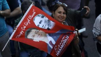 Eine Anhängerin Ekrem Imamoglus von der Oppositionspartei CHP freut sich.