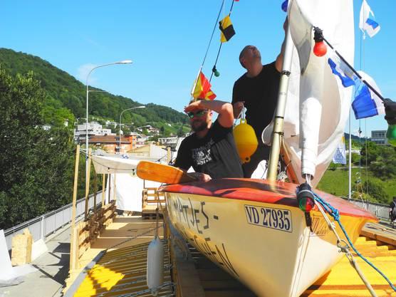 Zwei der sieben OK-Mitglieder Philipp Fischer (l.) und Jürg Peter im Segelboot.