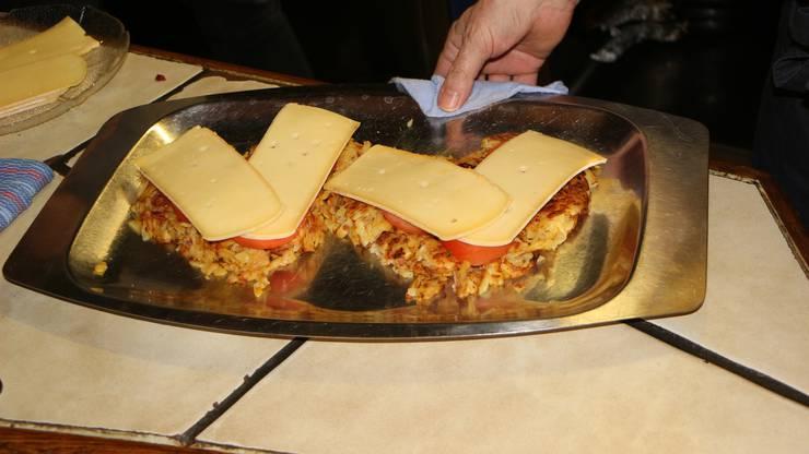 Die Tomaten werden mit Käse überbacken (Build a house).