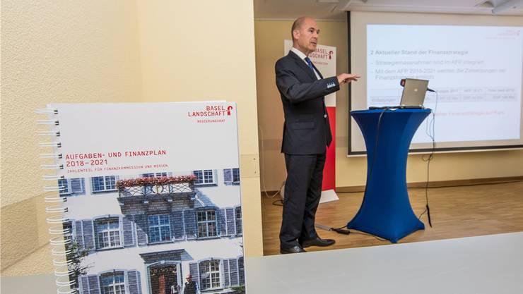 Anton Lauber stellt den Aufgaben- und Finanzplan 2018–21 in Liestal vor.