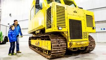 Ein Fall für den Schrotthändler? Eines der 26 Tonnen schweren Sepzialfahrzeuge aus der Sondermülldeponie.