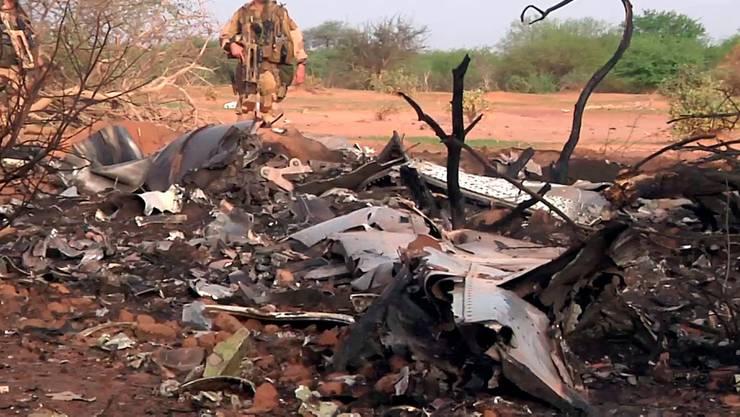 Angehörige der französischen Armee bergen die Blackbox der abgestürzten Maschine der Air Algérie.