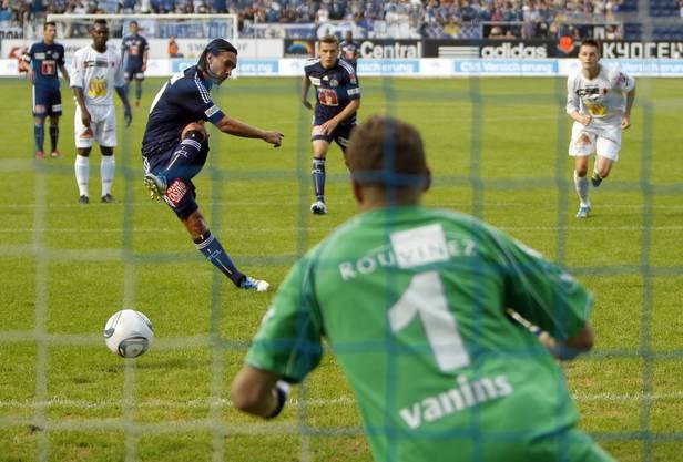 Hakan Yakin trifft per Elrmeter gegen Sion-Goalie Andris Vanins