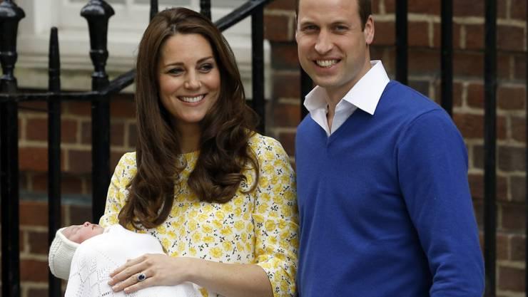 Die kleine Prinzessin Charlotte mit ihren Eltern Kate und William wenige Stunden nach ihrer Geburt (Archiv)