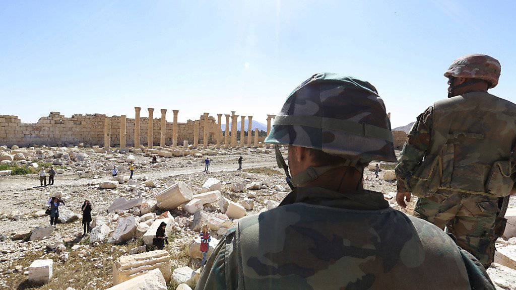 Regierungssoldaten betrachten die Schäden am Baal-Tempel: Palmyra fiel zweimal in die Hände des IS, zweimal wurde es vom syrischen Regime zurückerobert. (Archiv)