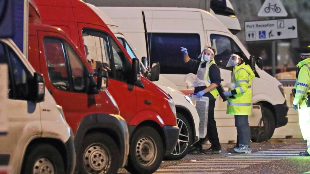 Medizinische Mitarbeiter bereiten sich darauf vor, Lastwagenfahrer auf das Coronavirus zu testen, die vor dem Hafen von Dover stehen. Foto: Andrew Matthews/PA Wire/dpa