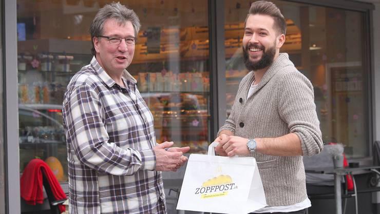 Sorgen für frische Zöpfe beim Sonntagszmorge: Bäcker Jürg Mathys (links) und Luca Baumgartner.