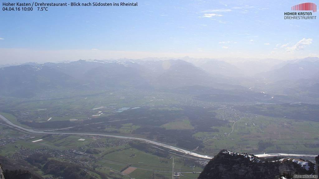 Die Sicht vom Hohen Kasten ins Rheintal ist wegen des roten Staubs getrübt. ©HoherKasten