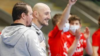 HSC-Matchwinner Dragan Marjanac und sein Trainer Misha Kaufmann haben Grund zum Lachen, im Hintergrund jubelt die Bank.