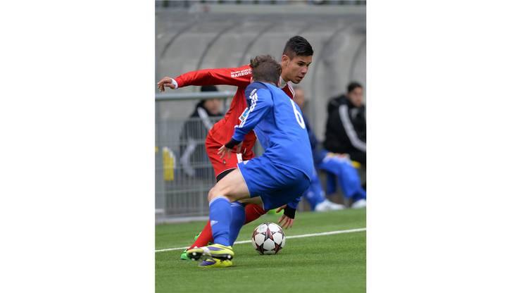 Badens Miguel Peralta (in Rot) lässt Concordias Yunus Koc ins Leere laufen.