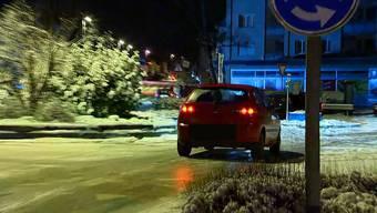 Reporter Beat Kälin filmte das Autofahrer-«Eisballett» auf dem spiegelglatten Talbach-Kreisel in Frauenfeld.