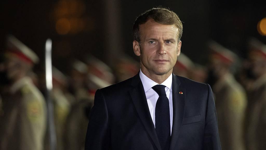 Emmanuel Macron, Präsident von Frankreich, wird bei seiner Ankunft am Flughafen begrüßt. Foto: Hadi Mizban/AP/dpa