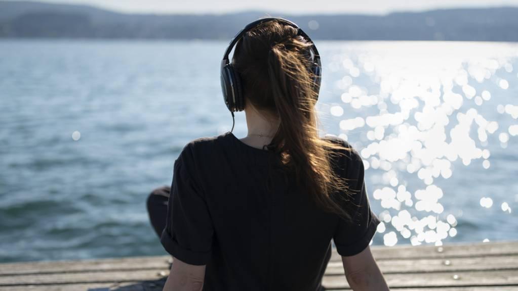 Höre Ratgeber-Podcasts, lebe besser. Kann das funktionieren?