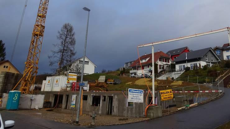 In Ittenthal wurden in den letzten Jahren zahlreiche Einfamilienhäuser gebaut. Nun entsteht an der Strasse auch noch ein Mehrfamilienhaus.