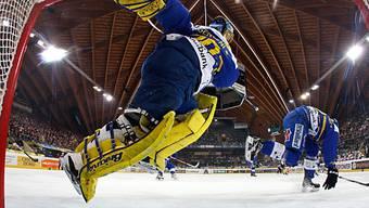 Leonardo Genoni bei einer akrobatischen Einlage.