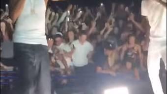 Hier stürzt die Tribüne während des Konzerts des US-Rappers Snoop Dogg ein.
