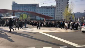 Tausende Personen mussten in Schlieren von der S-Bahn auf den Nahverkehr wechseln. Hier auf dem Zentrumsplatz war der Bus der Linie 31 die einzige Möglichkeit, rasch in die Stadt Zürich und somit nach Altstetten zu gelangen.