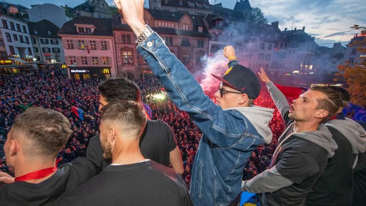 Jonas Omlin und Valentin Stocker lassen sich von den Fans feiern.