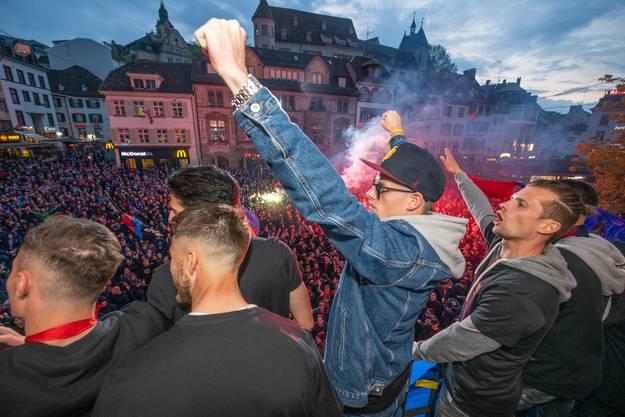 Der FCB ist Cupsieger: Jonas Omlin und Valentin Stocker lassen sich von den Fans feiern.