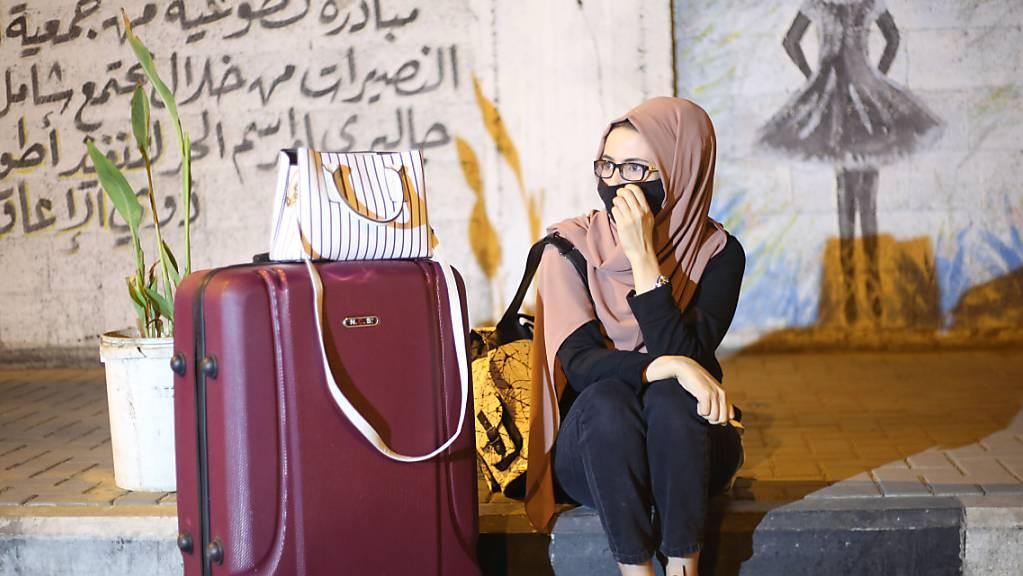 ARCHIV - Eine palästinensische Frau mit Mund-Nasen-Schutz wartet darauf, die Grenze  nach Ägypten im südlichen Gaza-Streifen überqueren zu dürfen. Foto: Mahmoud Khattab/Quds Net News via ZUMA Wire/dpa