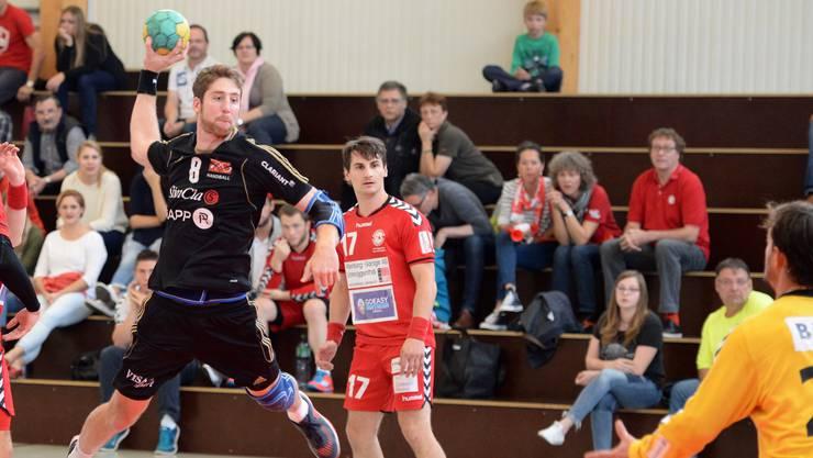 Er kann gleich mehrmals punkten: Remo Spänhauer (l.) gewinnt mit dem TV Birsfelden 29:25 gegen den HSC Kreuzlingen.