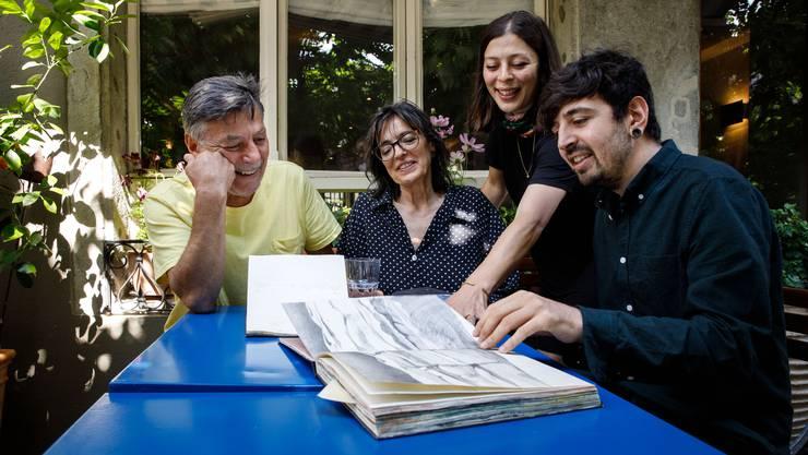 Stelios, Regula, Dimitra und Pavlos Charamandas (von links) arbeiten in der «Taverna Amphorea» an ihrem Kochbuch.