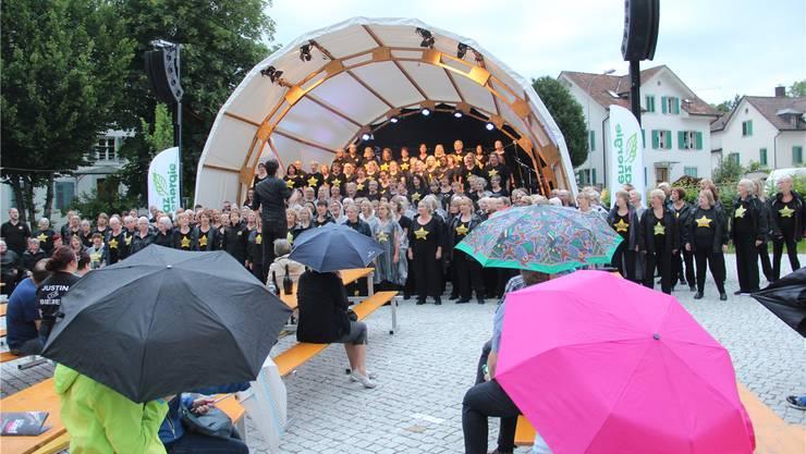 Der Wohler Chorleiter Michael Fricker hat seinen Rock Choir aus London nach Wohlen gebracht und verbreitete mit ihm auch bei Regen eine tolle Stimmung auf dem Sternenplatz.