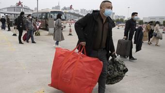 Vor ihnen haben die Chinesen Angst: Rückkehrer und Reisende, die das Virus ins abgeschottete Land bringen könnten. (Bild: Keystone)