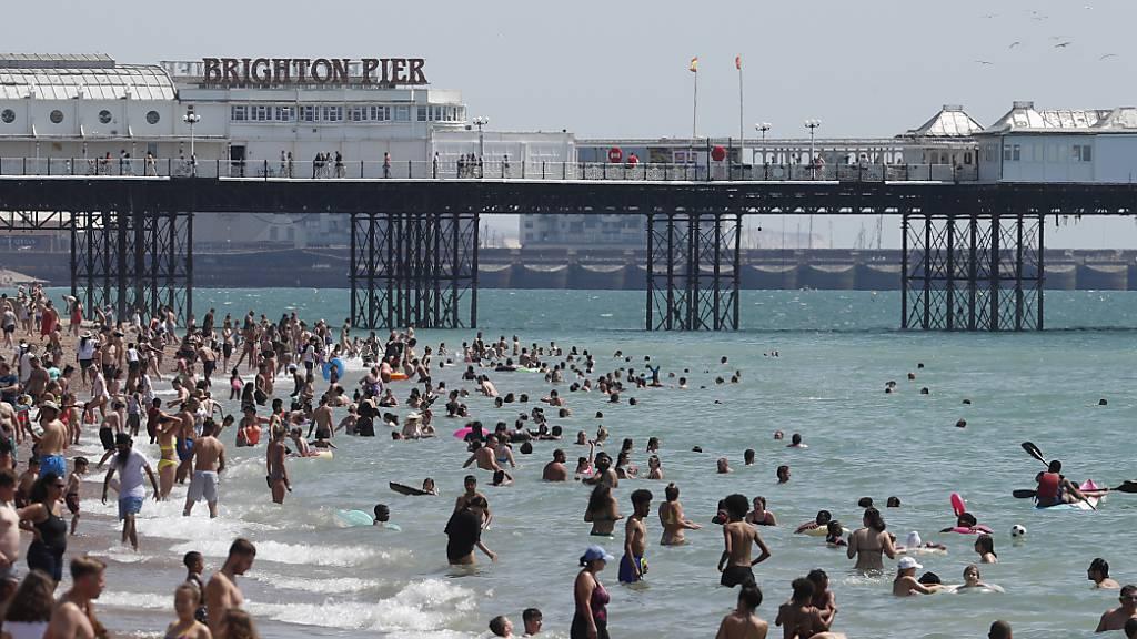 Corona-Pandemie in England: Strengere Massnahmen und volle Strände