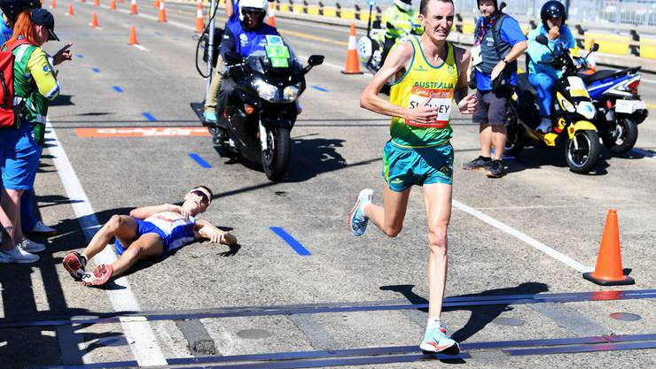 Der Schotte Callum Hawkins bricht am Marathon in Gold Coast zusammen.