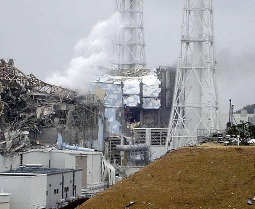 Der Reaktor 4, im Hintergrund Rauchschwaden aus Reaktor 3