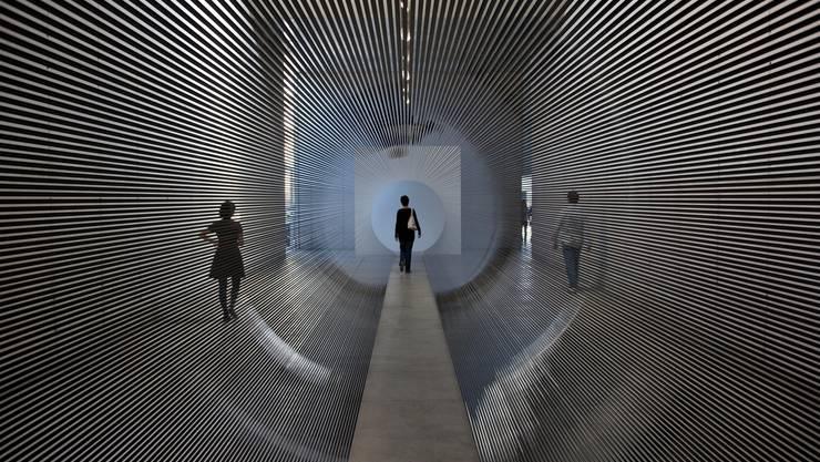 """Mit Zilvinias Kempinas """"Tube"""" werben das Tinguely-Museum Basel und die Galerie Lambert an der Art Basel."""