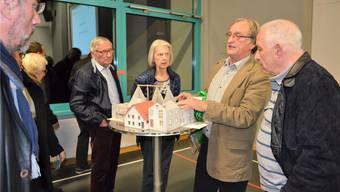 Was passiert mit dem Dahlihaus? Robert Kühnis (2. von rechts) erklärt den Anwesenden, wie die Liegenschaft künftig genutzt werden könnte. IHK