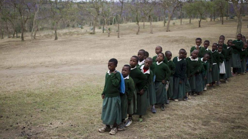 Kinder in Tansania stellen sich zum Impfen an. Masern gibt es schon seit 2600 Jahren, wie eine neue Studie zeigt. Ursprung war wie bei vielen Viren ein Tier: das Rind. (Symbolbild)