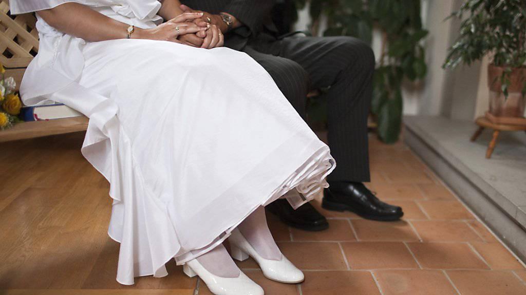 Schliesst sich der Ständerat dem Nationalrat an, sind Trauzeugen bei einer Hochzeit künftig nicht mehr obligatorisch. (Symbolbild)