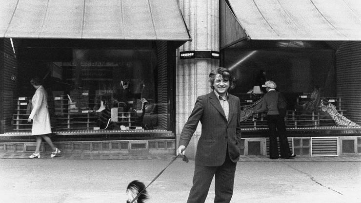 Ein Flaneur mit offenen Augen und Ohren: Autor Paul Nizon mit Hund Flen  1972 in Zürich (Foto: Willy Spiller)