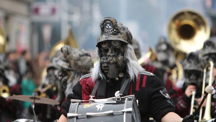 Mit aufwändigen Masken warteten auch die Näbelgeischter aus Jonen auf