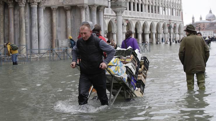 Ein Mann transportiert Lebensmittel.