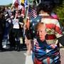 Anhänger von US-Präsident Donald Trump versammeln sich vor dem Militärkrankenhaus Walter Reed in Bethesda, in dem der Präsident nach einer Corona-Infektion behandelt wird. Foto: Christopher Levy/ZUMA Wire/dpa