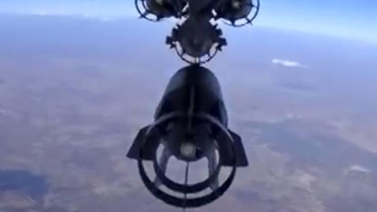 Russischer Kampfjet wirft eine Bombe ab über Syrien - zivile Fluggesellschaften sorgen sich um ihre Flieger.