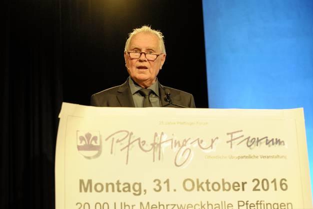 Forum-Gründer Paul Schär begrüsst die Gäste.
