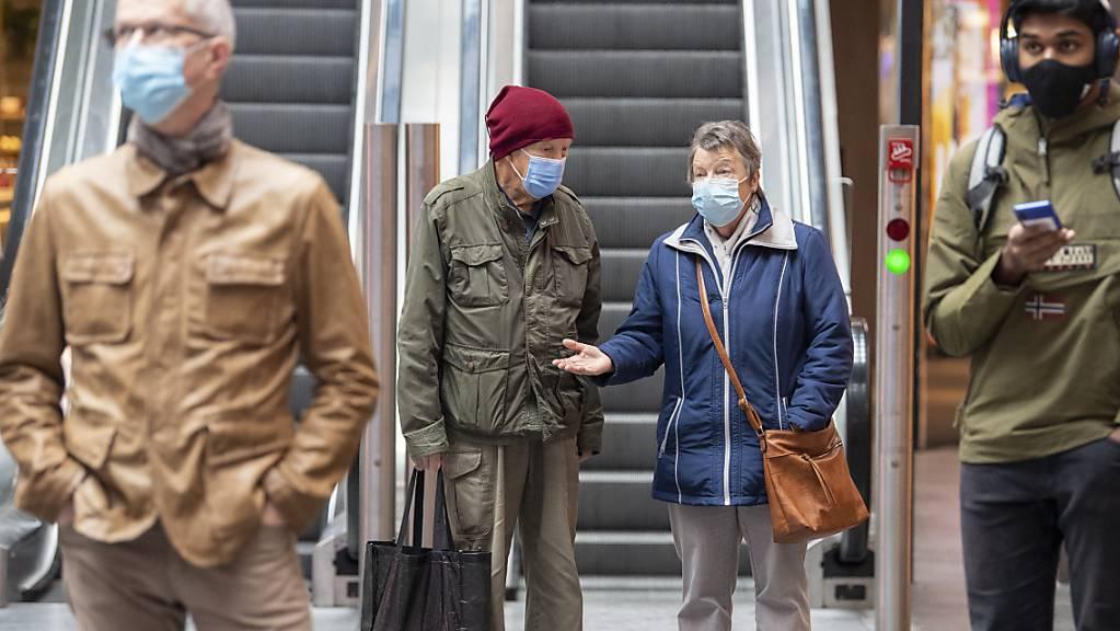 Das Schlimmste in der Corona-Pandemie dürfte nach Ansicht des Infektiologen Manuel Battegay Ende Frühjahr 2021 überstanden sein. (Archivbild)